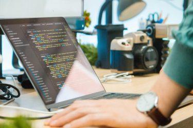 対面研修と比べて、オンライン研修は管理が難しい?